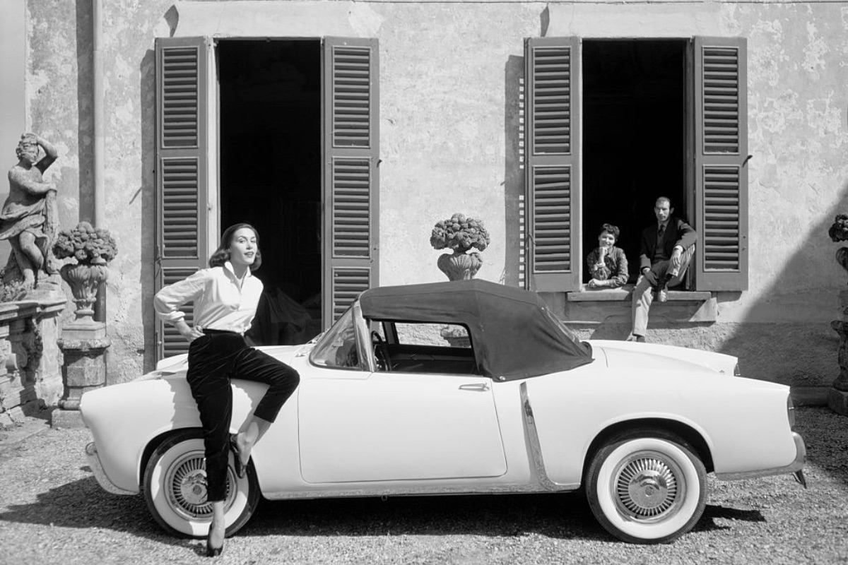 An Alfa Romeo Giulietta Spider parked outside a shuttered house on the shores of Lake Como, 1956. (Credit to Kitti Bolognesi)